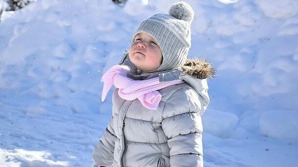 Jak ubrać dziecko na spacer w zimie